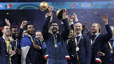Handball : champions du monde pour la 6e fois, les Français célèbrent leur victoire sur du Koffi Olomide