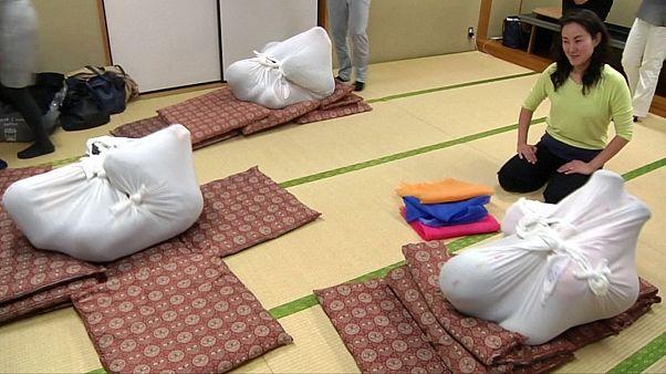 العلاج بالتقميط يستقطب الكبار في طوكيو