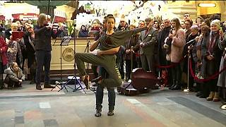Bolshoi dancers perform at Moscow shopping centre