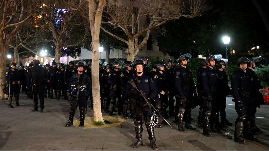 طلاب جامعة بركلي بكاليفورنيا يمنعون ميلو يانوبولوس المحسوب على اليمين المتطرف من تقديم محاضرته