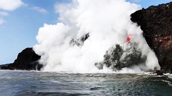 Alle Hawaii lo spettacolo della lava nel mare