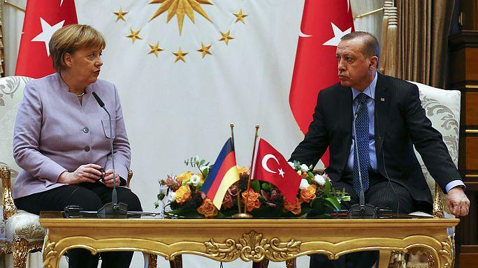 ميركل تدعو تركيا إلى ضمان حرية التعبير والفصل بين السلطات