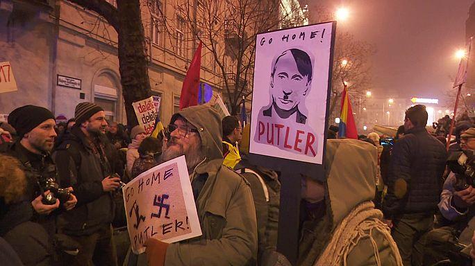 Ellentüntetők fogadták Vlagyimir Putyint Budapesten