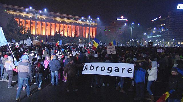 Harmadik napja tízezrek tüntetnek Bukarestben