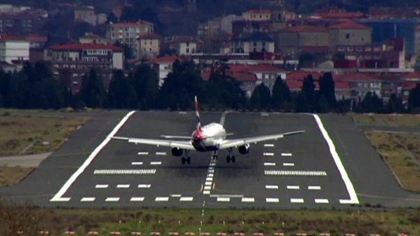 Aereo lotta con il vento in fase di atterraggio a San Sebastian