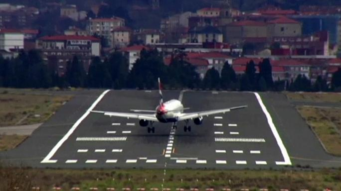 Plane struggles to land in heavy winds at Bilbao airport