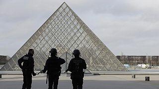 Terroristát fékeztek meg a párizsi Louvre-nál