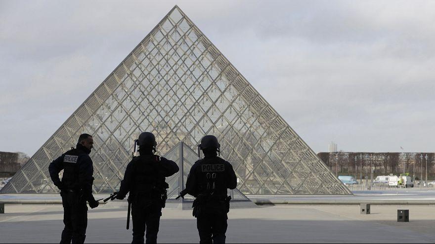 Louvre: Bewaffneter greift Soldaten an