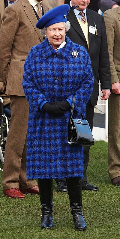 Queen Elizabeth also casually carried the bag at England\'s Cheltenham Racecourse in 2003.