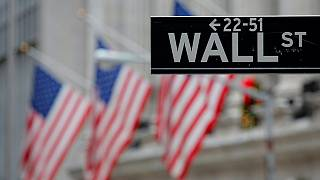 Trump revê lei que regulamenta Wall Street
