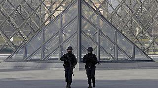 Homem que atacou militar em Paris terá chegado ao país vindo do Dubai