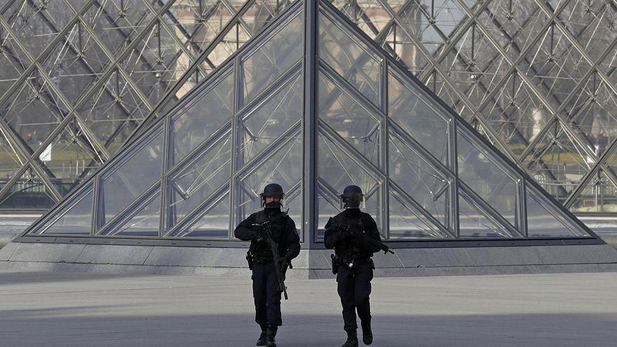 Полиция устанавливает личность мужчины, напавшего на патруль у Лувра