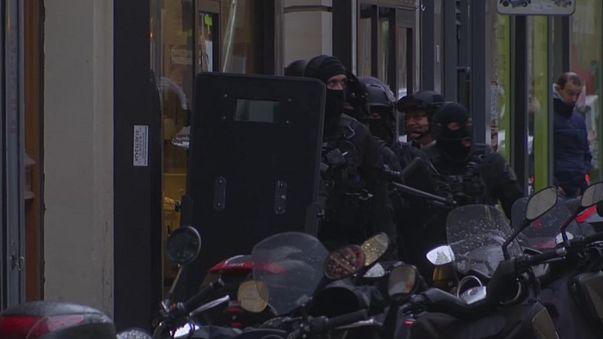 Folyamatosak a razziák Párizsban a Louvre-támadás óta