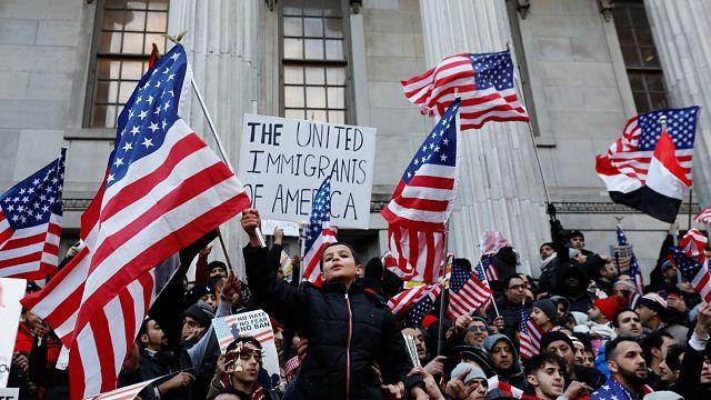 قاضٍ فيدرالي أمريكي يُجمِّد تنفيذ قرار ترامب حول الهجرة مؤقتا...غضبٌ في البيت الأبيض