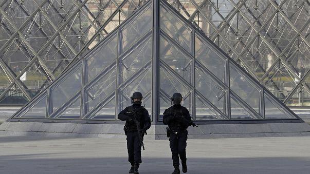 Louvre reabre com reforço da segurança