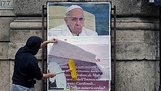 Invidia e maldicenza corrompono la Chiesa. La risposta indiretta del Papa ai manifesti