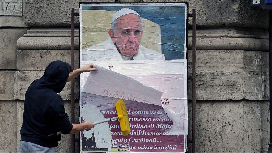 انتقاد آشکار از پاپ فرانچسکو در پوسترهایی بر دیوارهای رم