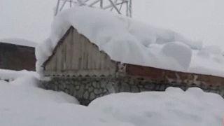 El frío y varios aludes matan a un centenar de personas en Afganistán