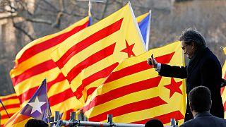 Tömegtüntetés a bíróság előtt álló volt katalán elnökért