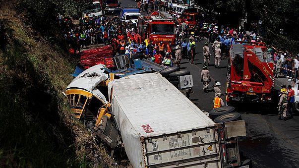 Iskolabusz ütközött kamionnal, legalább 23-an haltak meg