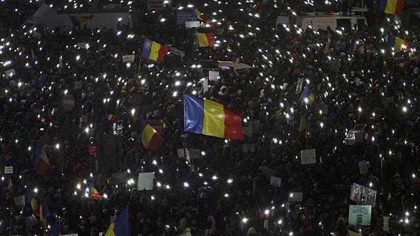 """Roménia: Suspensão do decreto """"pró-corrupção"""" não diminui pressão sobre o governo de Bucareste"""