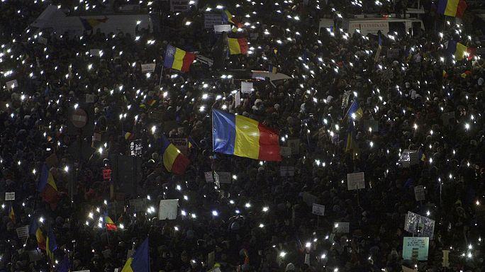 Romania: governo fa un passo indietro, ma ora la piazza pretende le dimissioni