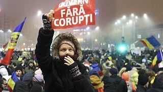 تواصل الاحتجاجات في رومانيا وسط تصاعد المطالب بعزل الرئيس واستقالة الحكومة