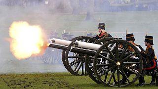 """Kanonensalut zum """"Saphir""""-Jubiläum der Queen"""