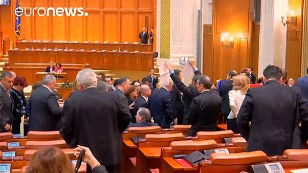 A szociáldemokrata képviselők kisétáltak a bukaresti parlamentből