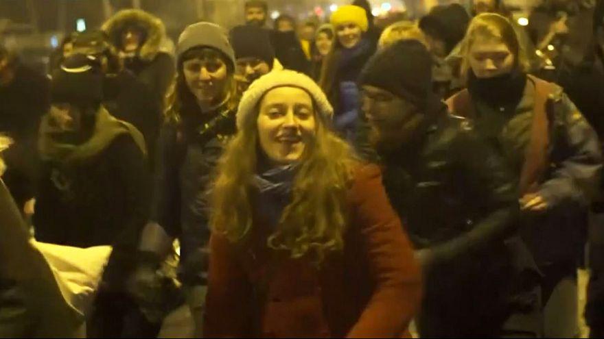 Rumänische Demonstranten tanzen
