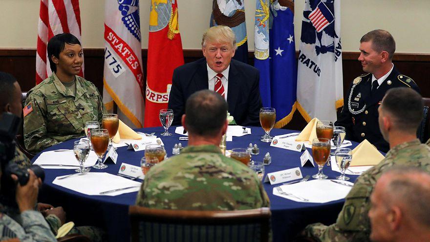Katonákkal találkozott az amerikai elnök