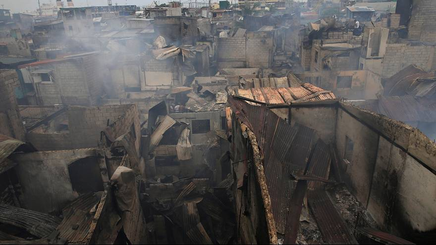Un gigantesco incendio en un barrio de chabolas en Manila deja a miles de familias sin hogar