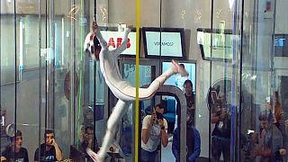 تصاویر زیبا از حرکات آکروباتیک چتربازان در محفظه شیشه ای