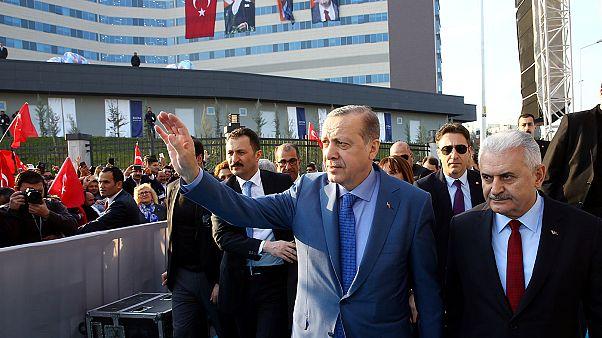 Críticas a la nueva purga de funcionarios en Turquía