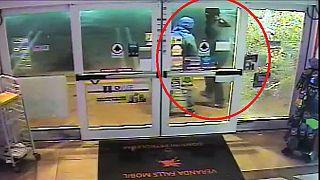 تلاش نافرجام دو سارق برای شکستن شیشه فروشگاهی در فلوریدا