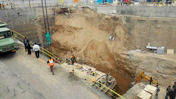 ریزش دیوار متروی قم؛ تلاش برای نجات زیر آوار ماندگان