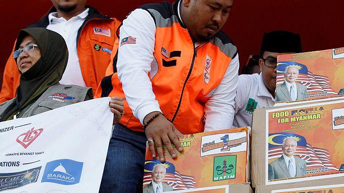 Birmania: arriva nave d'aiuti per i Rohingya, proteste