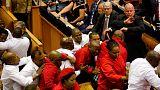 اشتباكات عنيفة في قلب برلمان جنوب افريقيا توقف خطابا رئاسيا