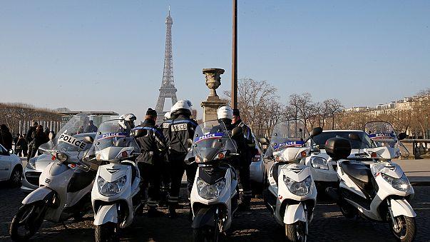Um muro de vidro anti-balas para proteger a torre Eiffel
