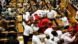 Потасовкой закончилось выступление президента в парламенте ЮАР