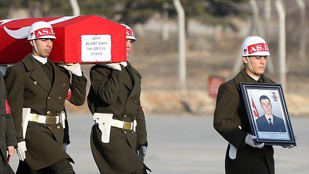 """Siria: funerali dei tre soldati turchi uccisi per """"errore"""" da raid russi"""