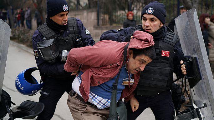 Turquia: Polícia reprime protestos contra despedimento de universitários