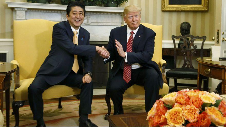 Trump apuesta por un tono conciliador en su reunión con el primer ministro japonés