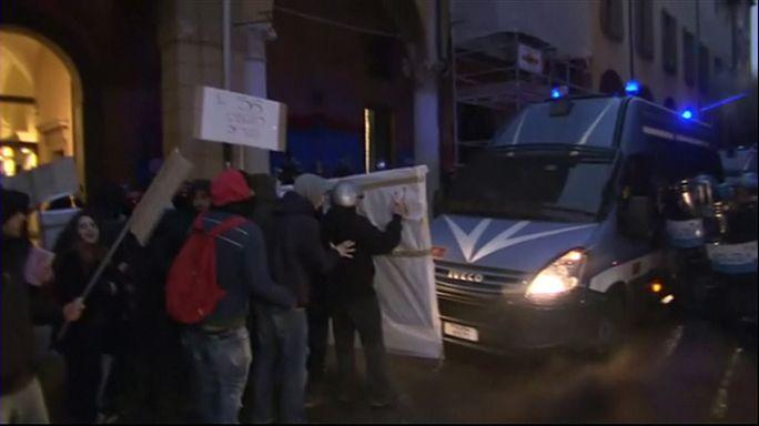 İtalya'da fakülte kapılarındaki güvenlik önlemlerine tepki gösteren öğrenciler polisle çatıştı