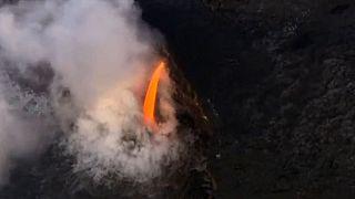 Hawaii: la lava del vulcano Kilauea trascina via una parte di scogliera