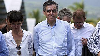 Fillon llega a la isla Reunión para proseguir con su campaña a pesar de las presiones para que abandone