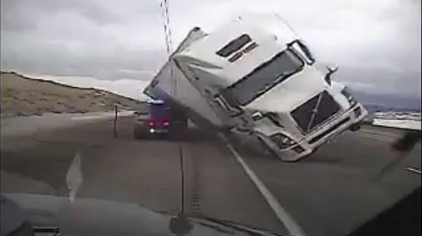 VIDEO: Truck zerquetscht Polizeiauto