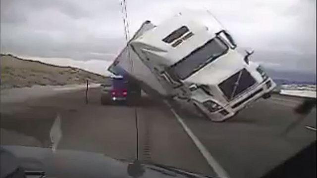 Rüzgarın devirdiği tır polis aracını ezdi