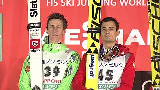 Saltos de esqui: Kot e Prevc partilham vitória em Sapporo