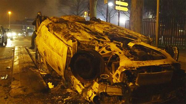 Fransız banliyölerinde patlak veren şiddet olayları sürüyor